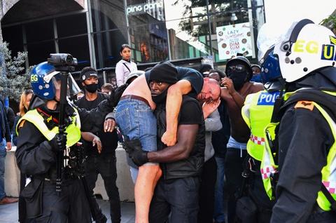 Chuyện sau bức ảnh thanh niên da màu cứu người da trắng giữa biểu tình